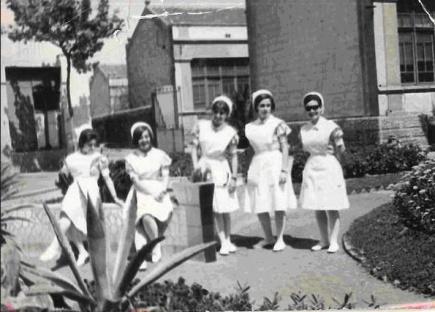 1960. Enfermeres en pràctiques a un pati de l'Hospital. Decada dels anys 1960