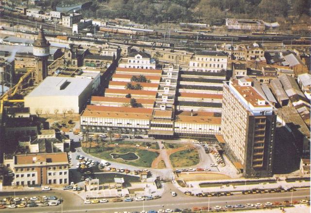 Vista aeria de l'Hospital i enjardinament de la plaça central. Anys finals 70-inici 80.1