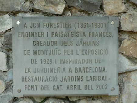 Pla detall d ela placa en record a J.C.N. Forestier i en homenatge a la restauració als Jardins de Labiral- Font del Gat.