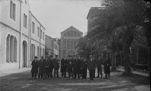 1916-1937 Grup_dhomes_davant_de_ledifici_de_la_fbrica_Helia. Flos i Gibernau, Frederic.1