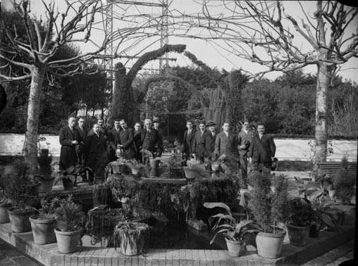 1916-1937 Grup_dhomes_en_un_jard_en_una_visita_a_una_fbrica_anomenada_Helia. Flos i Gibernau, Frederic.1