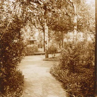 1910-1930 Cam_dun_jard_amb_una_font_decorativa_al_fons.1. Emili Jové i Cusido