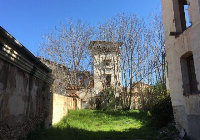 Al fons, part del complex del balneari del Porcar, vist des de la portalada d'accés al recinte. Sonia Castelló, 2017 Radio Ebre