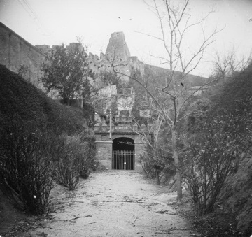 Porta_d_entrada_a_la_font_d_aigua_mineral_del_balneari_d_Esperana_o_de_Porcar_a_Tortosa1.Salvany i Blanch, Josep 1923
