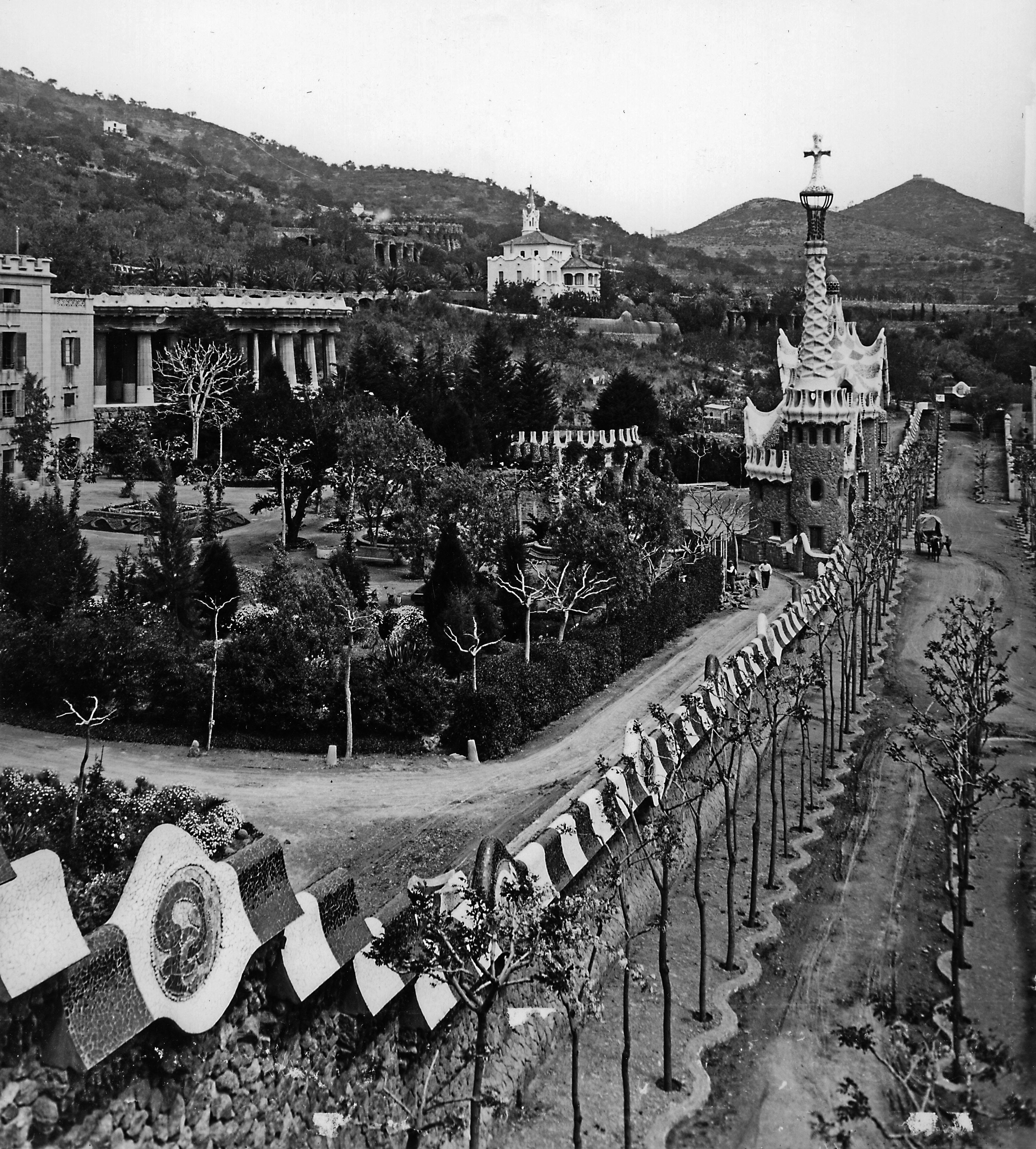 1914 no pot ser 1914. Parc Güell. c Olot voreres ondulades. Ajuntament de Barcelona
