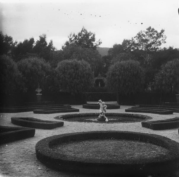 1916 Part central del jardí de la casa dels Güell-1. J. Salvany. BC